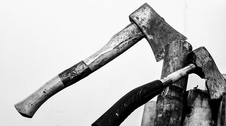 Пьяный житель Сланцев в «УАЗике» зарубил топором собутыльника