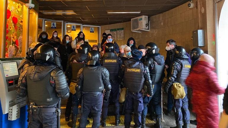 Метрополитен просит не ездить в центр, пока не разъедутся толпы митингующих