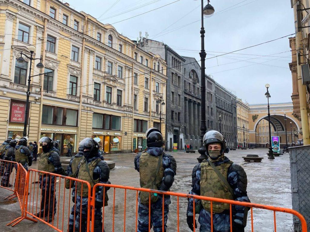 В центр Петербурга начинают вяло стекаться протестующие