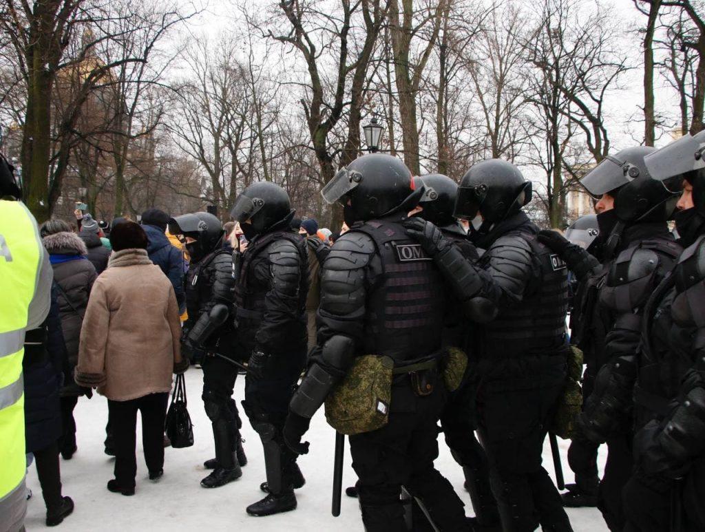 Протестующие закидывают силовиков снежками на Сенатской площади