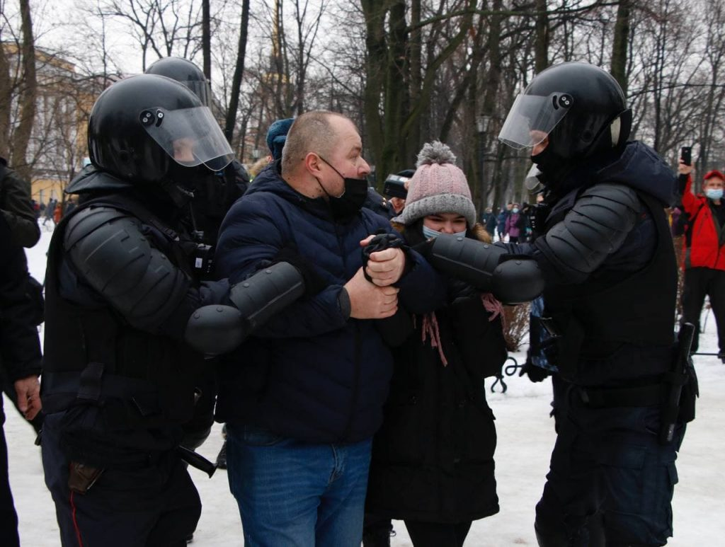 На Сенатской площади митингующие взорвали петарды и развязали драку