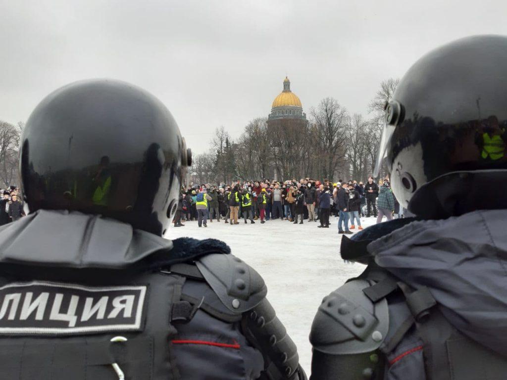 На Сенатской площади несовершеннолетние нападают на силовиков