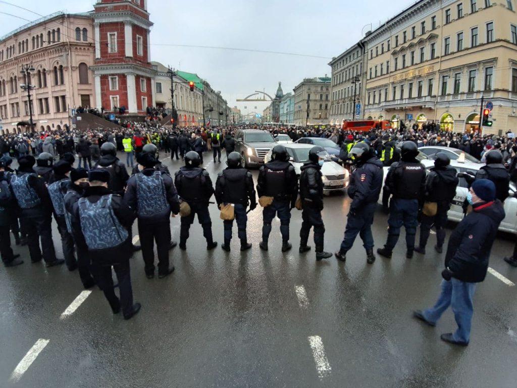 Слезоточивый газ, толпа на Невском: что происходит на митинге в Петербурге