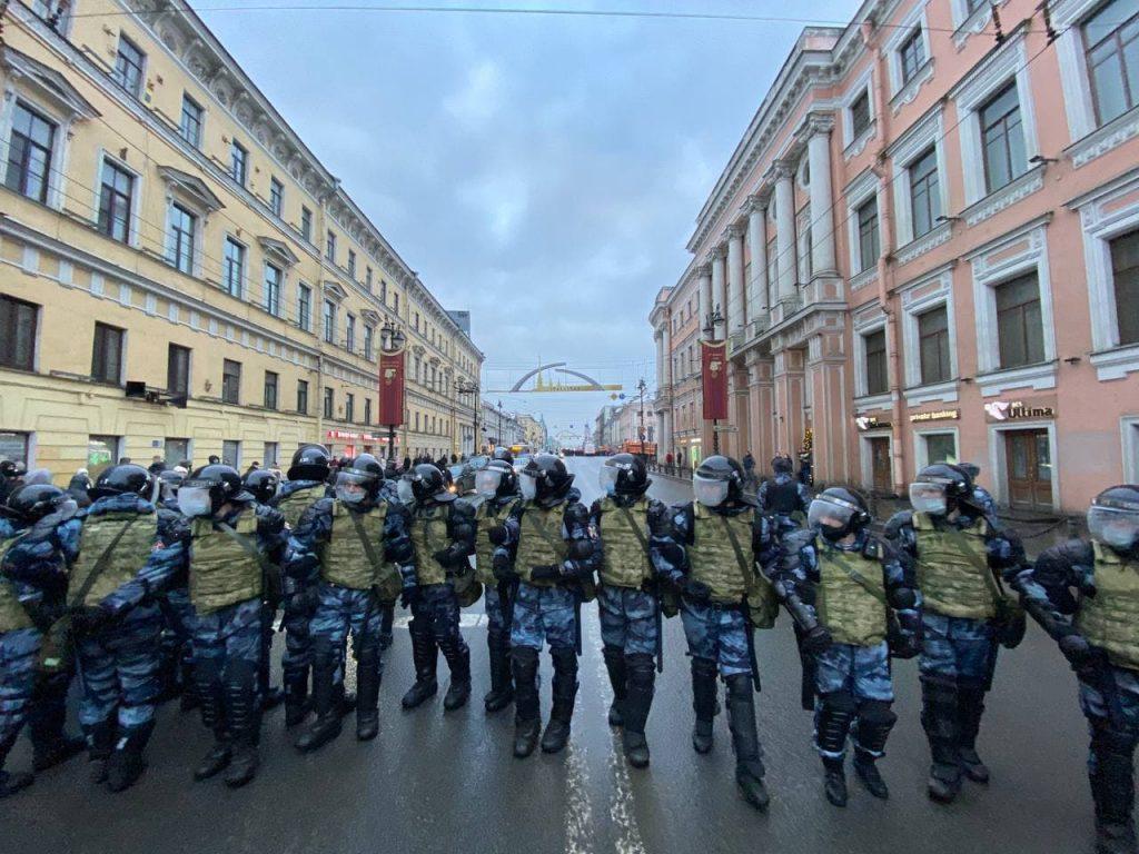 У станции «Адмиралтейская» протестующие прорвали оцепление