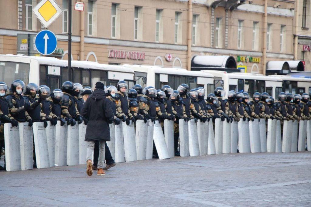 В ОМОН кинули кирпич на акции в Петербурге