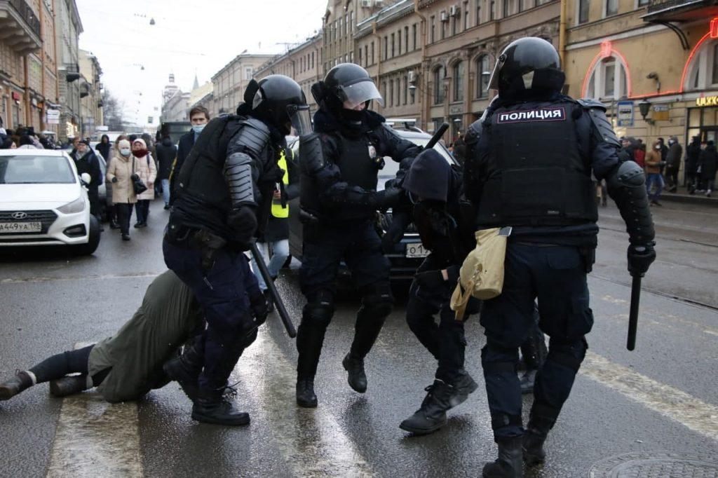 Более тысячи задержанных, штрафы и два уголовных дела: что известно о митингах 31 января в Петербурге на утро понедельника