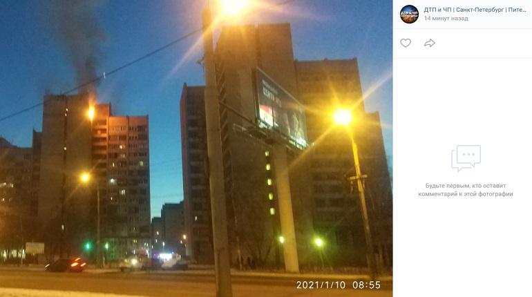 Очевидцы заметили пожар в доме на проспекте Маршала Жукова
