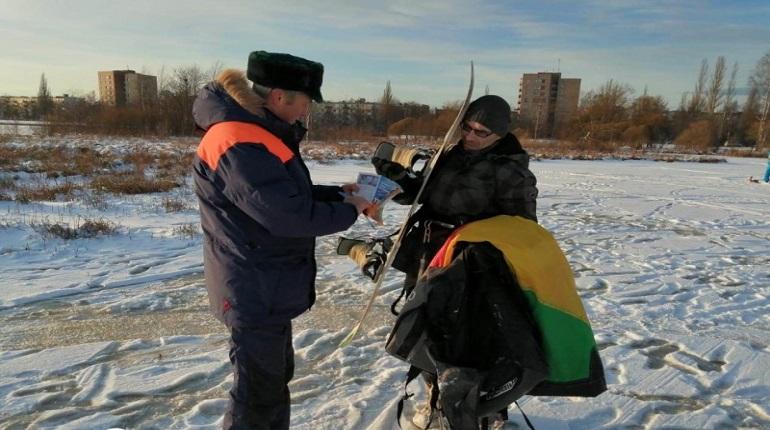 Спасатели Ленобласти потренировались снимать горе-рыбаков со льдин