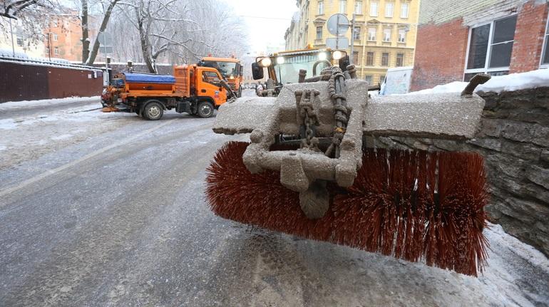Пока снегопад отступил, дорожные службы вывозят снег с улиц Петербурга