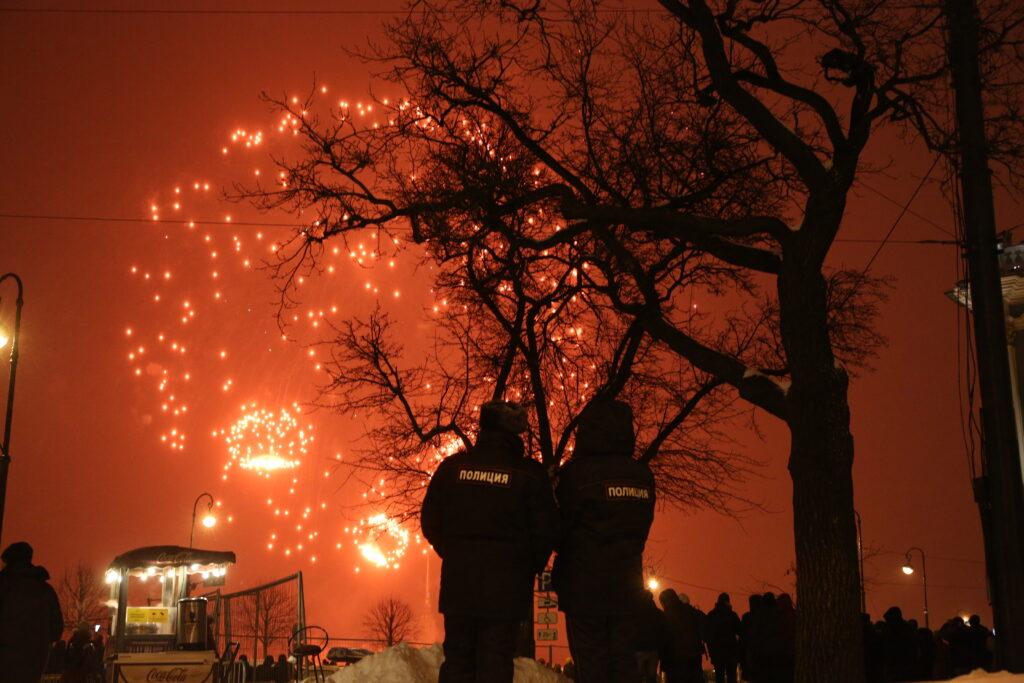 В честь Дня защитника Отечества над Петербургом прогремел салют: фоторепортаж Мойки78