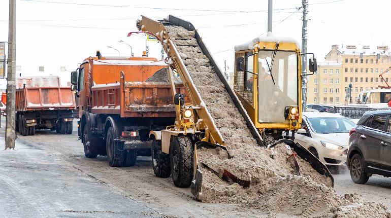 Около тысячи спецмашин чистят улицы, бульвары, парковые дорожки Петербурга