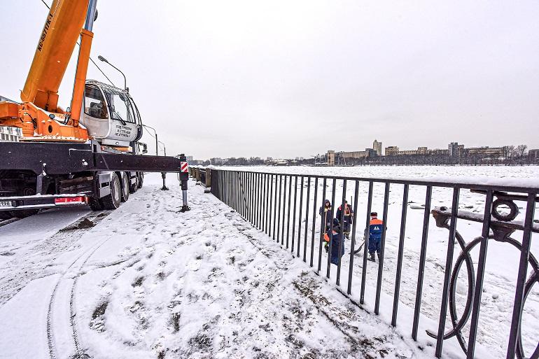 «Мостотрест» восстановил на набережных Петербурга пострадавшие в ДТП перила