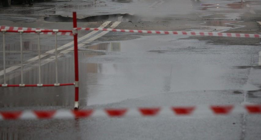 В Петербурге на проспекте Елизарова лопнула труба с холодной водой
