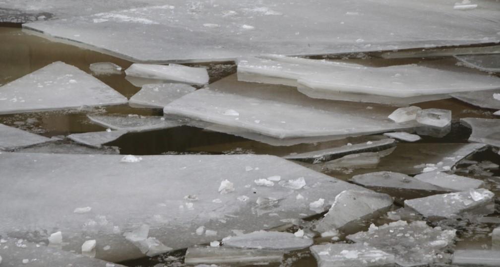 На Финском заливе спасатели вытащили из воду мужчину с сильным переохлаждением