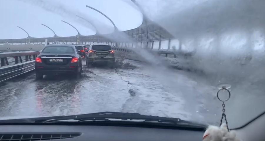На ЗСД затопило съезд к Васильевскому острову