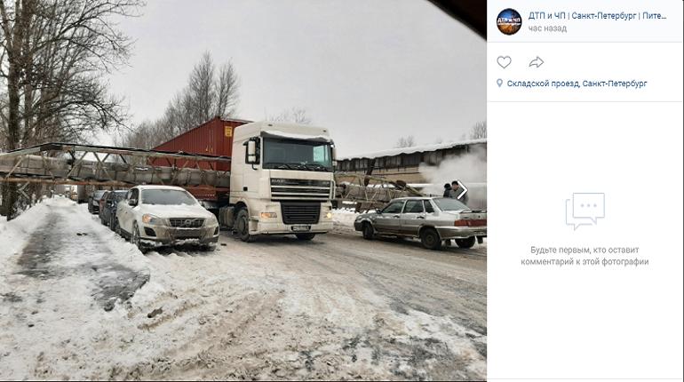 Во Фрунзенском районе Петербурга труба водоснабжения упала на фуру