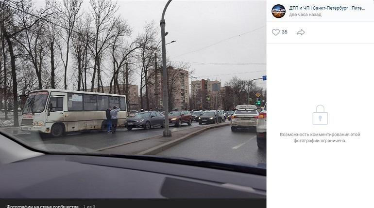 Массовое ДТП перекрыло проезжую часть на проспекте Стачек