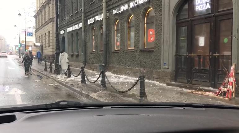 Автомобили в Петербурге покрылись ледяной коркой после дождя
