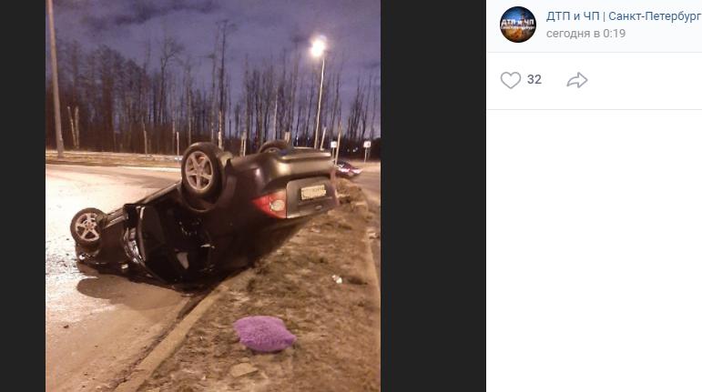 Водитель перевернул Ford Focus на ледяной дороге на Парашютной