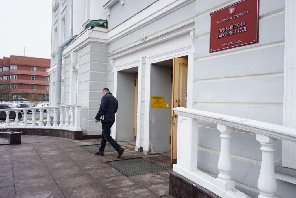 Петербуржец попросил суд запретить курить соседке, но ему отказали