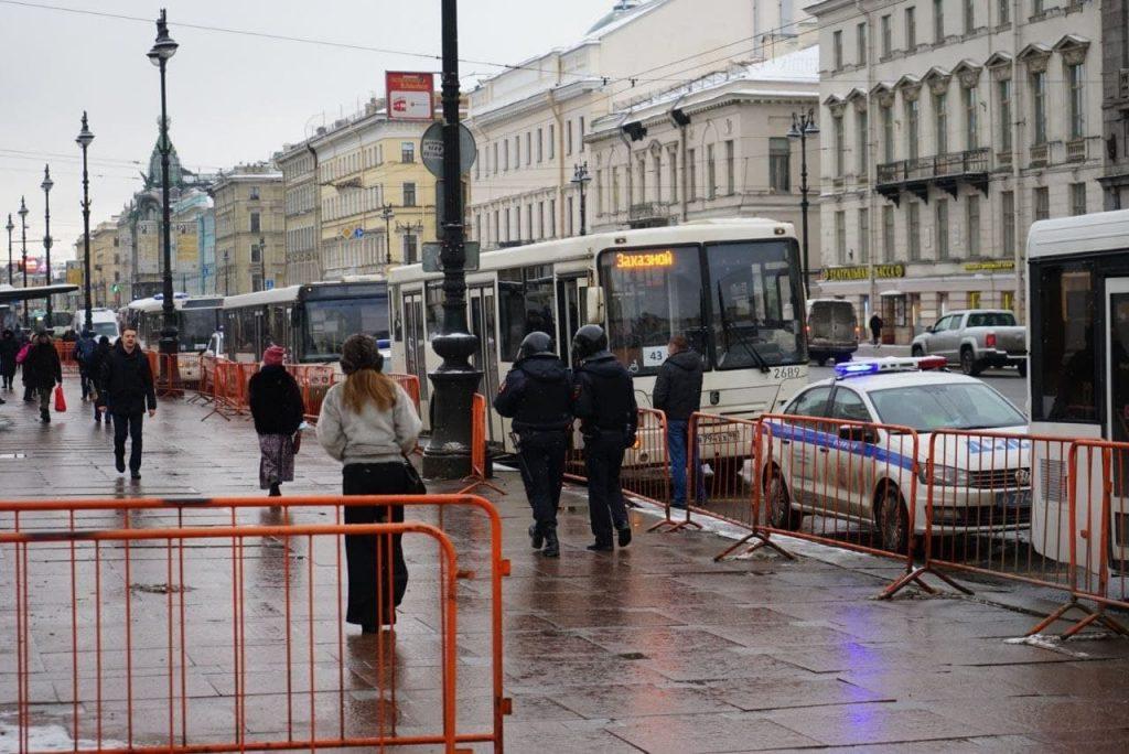 Пока в Москве судят Навального, в Петербурге силовики оцепили Гостиный Двор