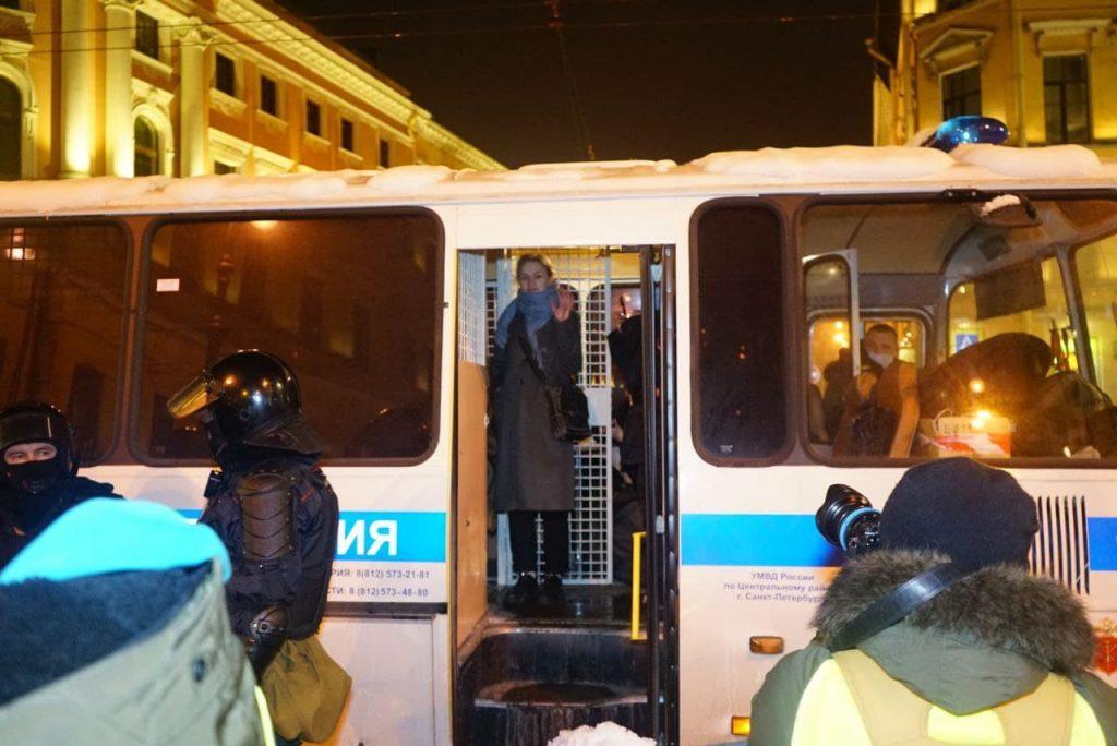 Как на Гостином проходит акция в поддержку приговоренного к тюрьме Навального
