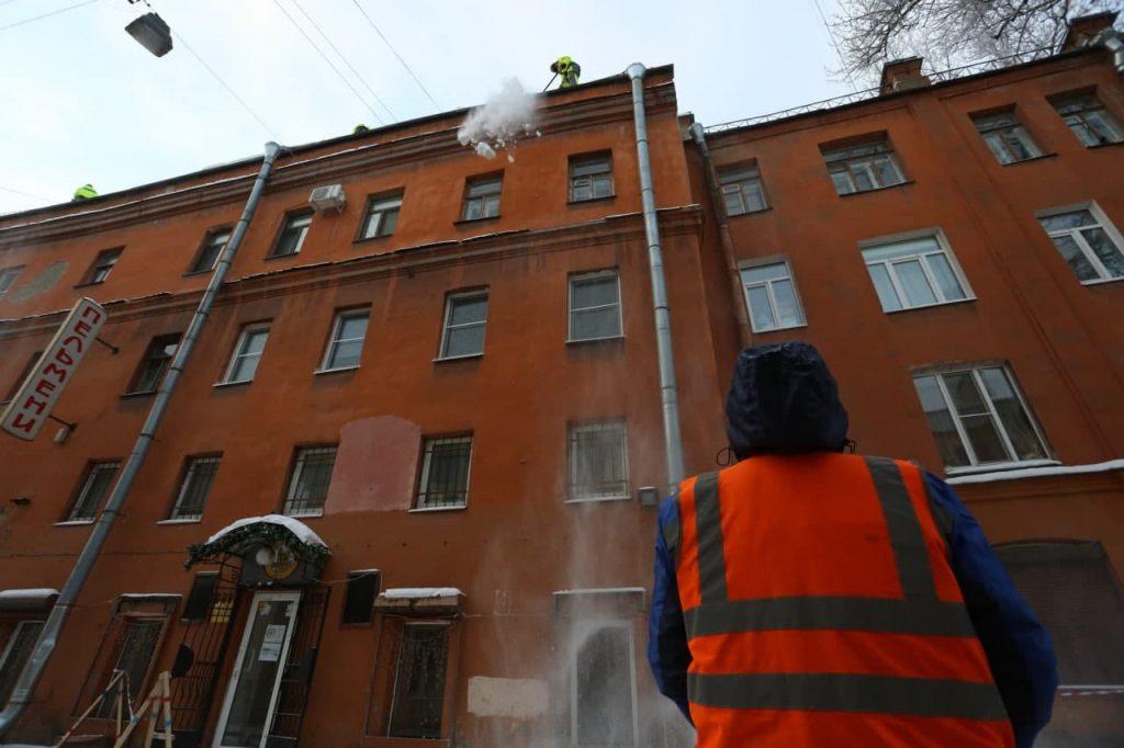 В феврале кровельщики очистили более 5 тысяч крыш в Петербурге