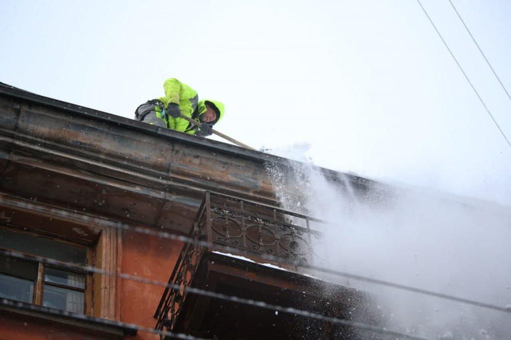 В Петербурге от снега очистили крыши почти 600 многоэтажек