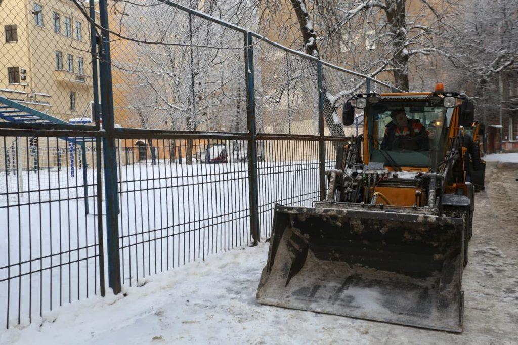 С улиц Петергофа и Кронштадта утром не вывезли снег