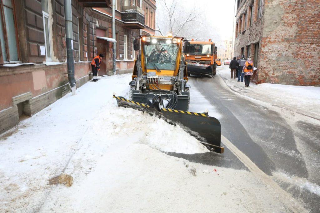 Для устранения последствий снегопада на улицах Петербурга и Ленобласти появились 343 спецмашины