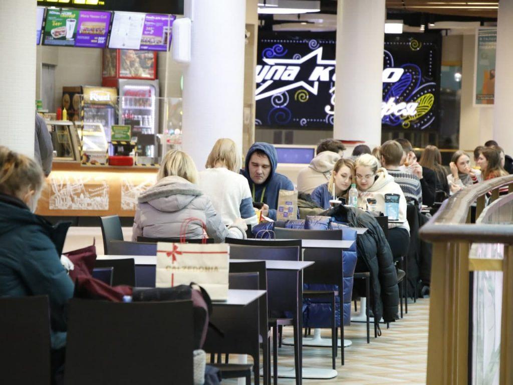 Руководители ТЦ Петербурга просят Роспотребнадзор открыть фуд-корты на 100%