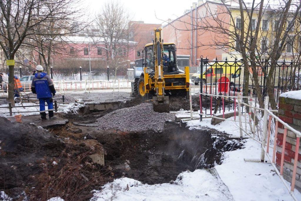 Специалисты «Теплосети» починять трубу в Кировском районе до конца дня