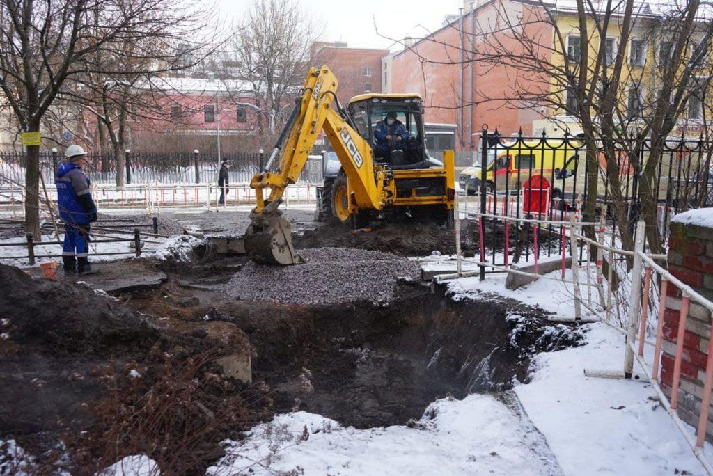 Из-за прорыва трубы в Василеостровском районе пострадали два человека