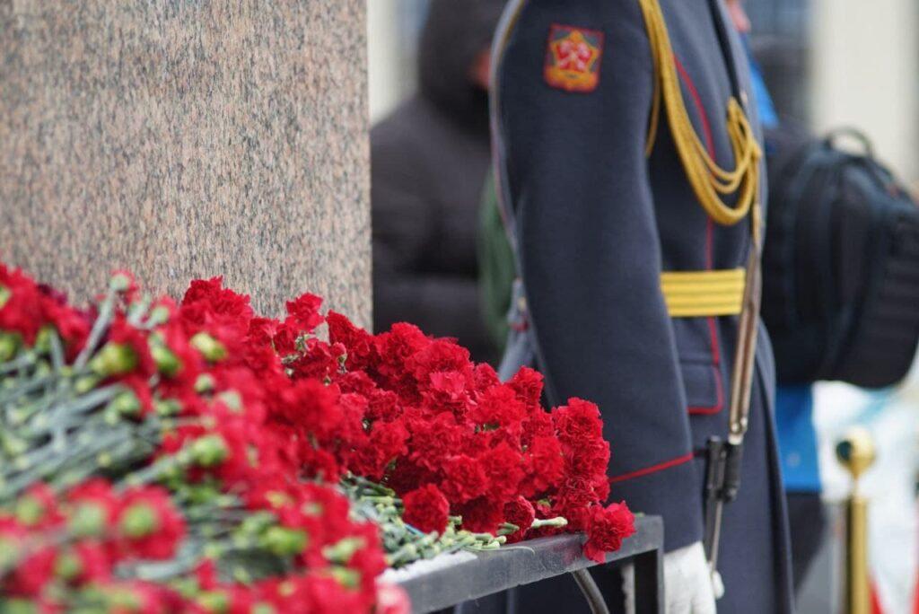 К Монументу героическим защитникам Ленинграда возложили цветы: фоторепортаж Мойки78