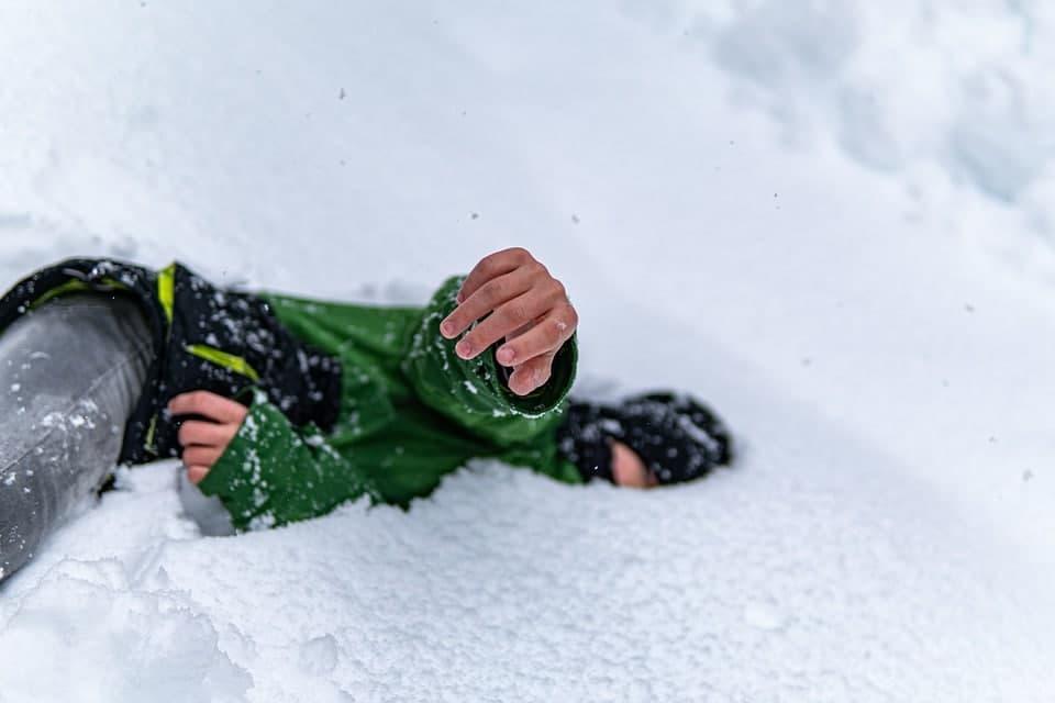 В Выборге пострадала 17-летняя девушка из-за схода снега с крыши