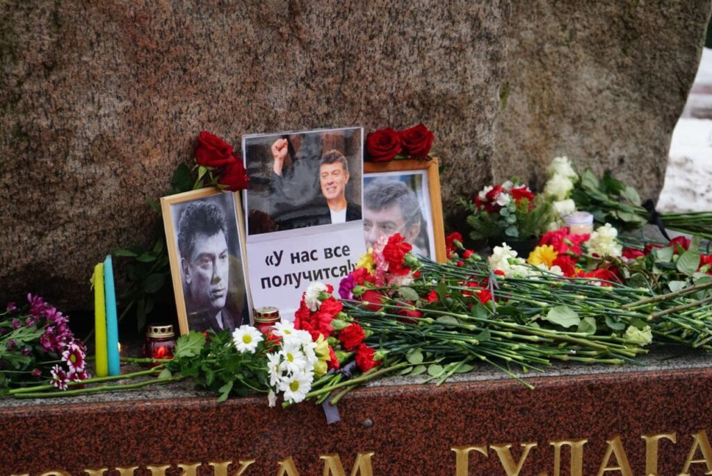 Как в Петербурге проходит акция памяти Немцова: фоторепортаж Мойки78