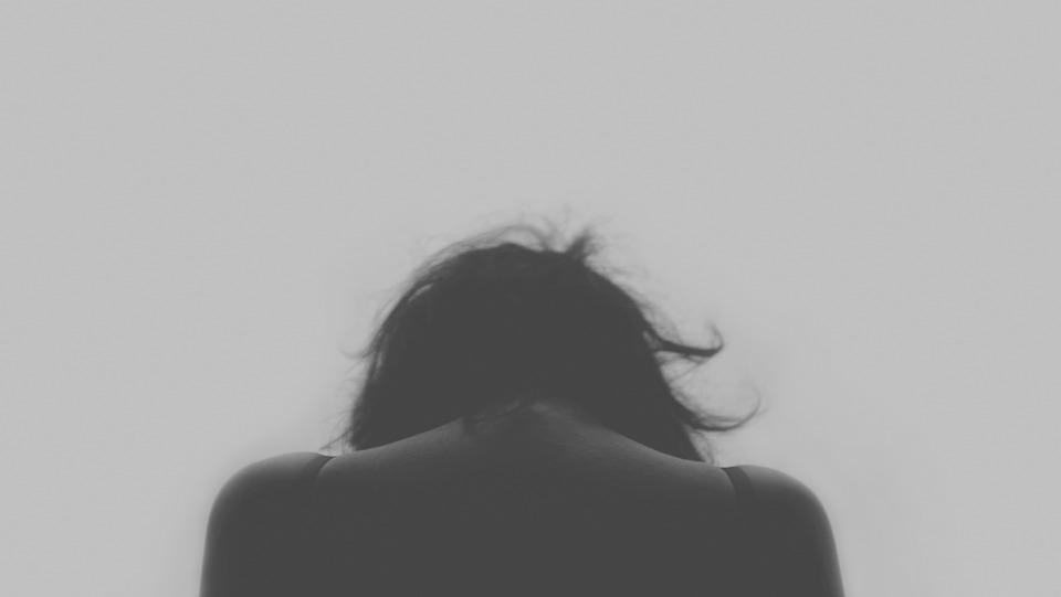 В Коммунарахлже-газовщик жестоко изнасиловал соседскую девочку, угрожая ей пистолетом