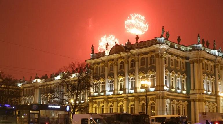 Над Петербургом прогремел салют в честь Дня защитника Отечества