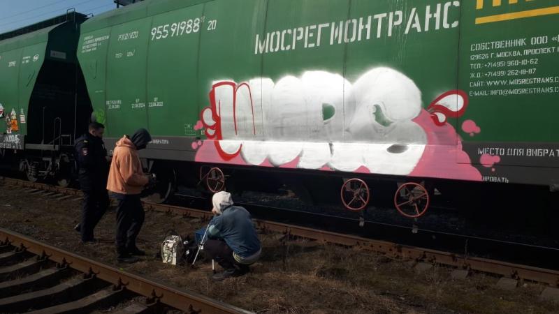 На Кушелевке поймали граффитиста во время «работы», пострадал вагон