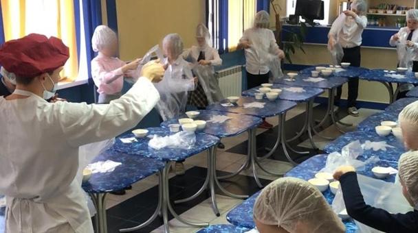 В школе Василеостровского района на кулинарном мастер-классе детей научили готовить салат