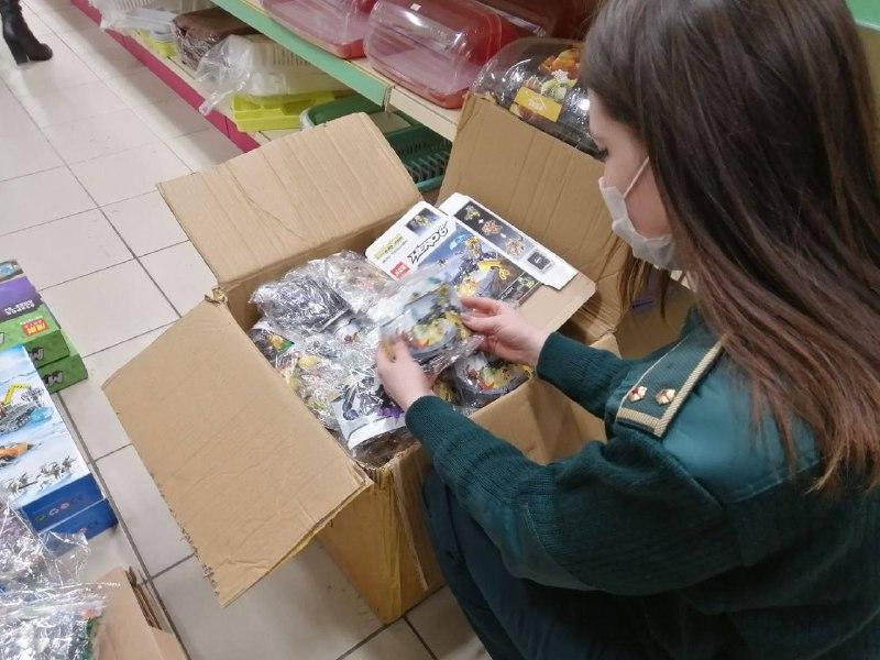 Таможенники нашли в петербургском магазине 1,7 тысяч контрафактного конструктора