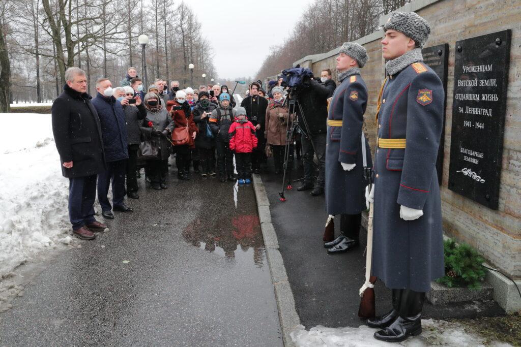 На Пискаревском кладбище установили мемориальную плиту защитникам блокадного Ленинграда