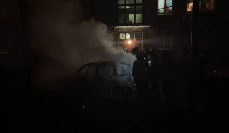 У дома в Кировском районе полностью выгорел Mercedes