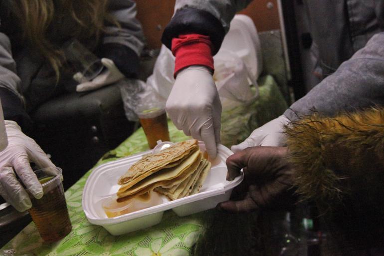 «Ночлежка» попросила петербуржцев угостить бездомных блинами