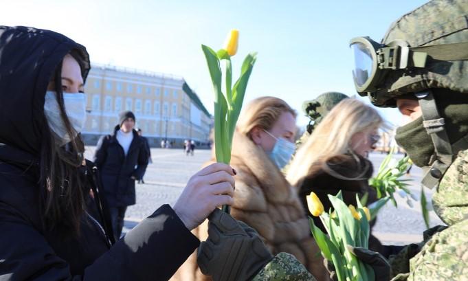 В Петербурге военные ЗВО поздравили жительниц города с наступающим 8 марта