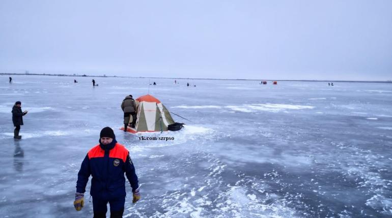 Спасатели убедили 400 рыбаков уйти со льда Финского залива