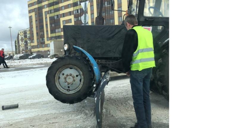 «Наехал сам на себя»: трактор убирал снег и попал в ДТП в Кудрово