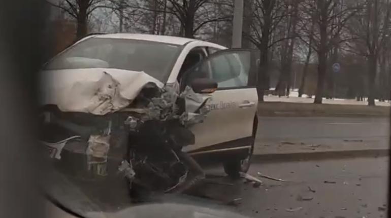 Такси столкнулось с каршерингом на Пискаревском