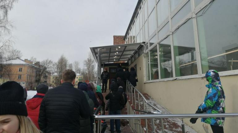 Огромная очередь за загранпаспортами выстроилась в Невском районе