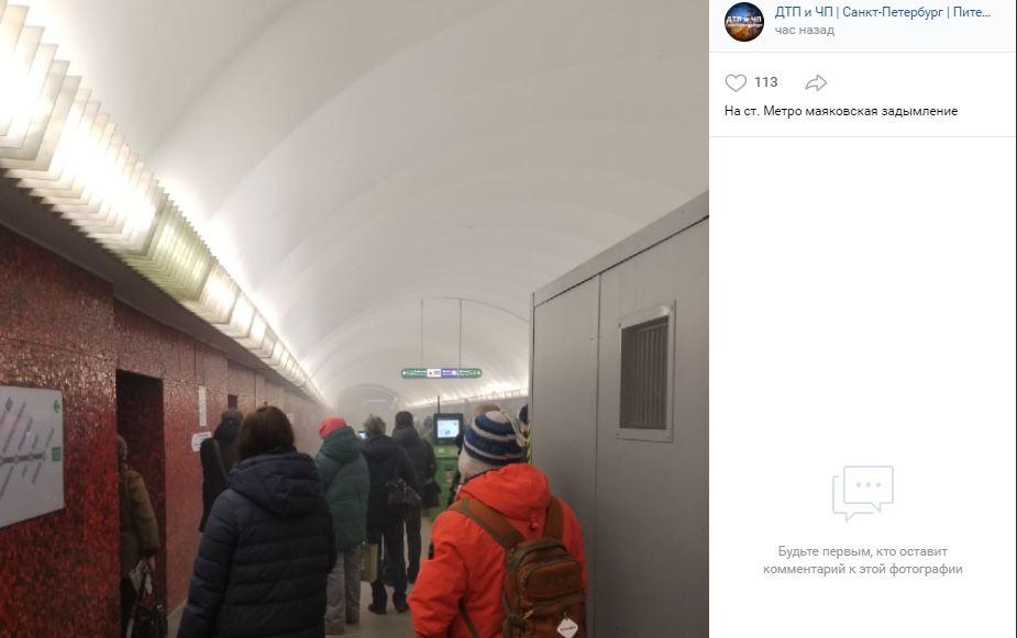 Около часа петербургское метро работало со сбоями из-за задымления на Маяковской